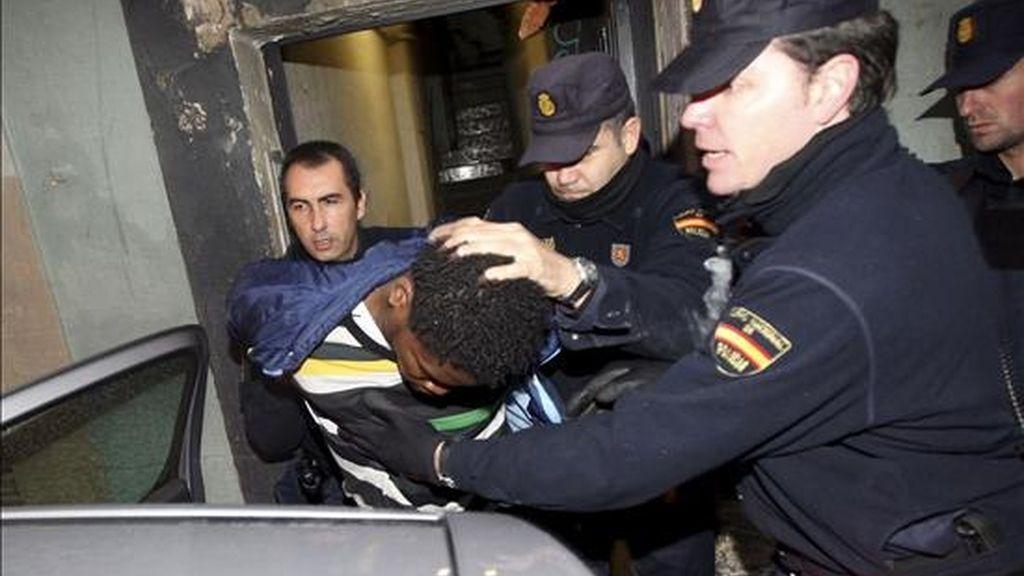 Miembros de la Policia Nacional detienen a un joven tras el registro de una vivienda en la calle Carretas de Barcelona durante la operación antiterrorista que se lleva a cabo en el barrio del Raval desde esta madrugada. EFE