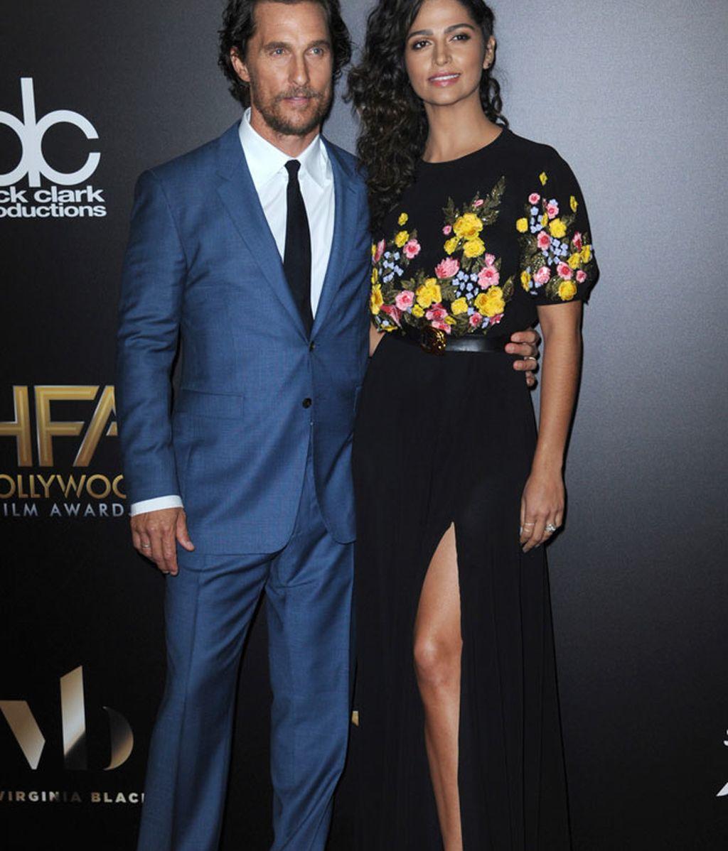 Matthew Mcconaughey con su chica Camila Alves, que también apostó por las flores
