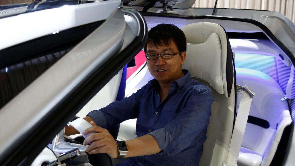 El CEO de Singulato Motors posa con su última creación