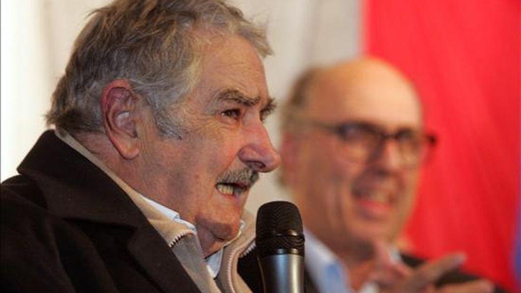 El candidato presidencial del Frente Amplio, José Mujica, pronuncia un discurso en Montevideo (Uruguay), tras resultar vencedor en las elecciones internas de los partidos políticos. EFE