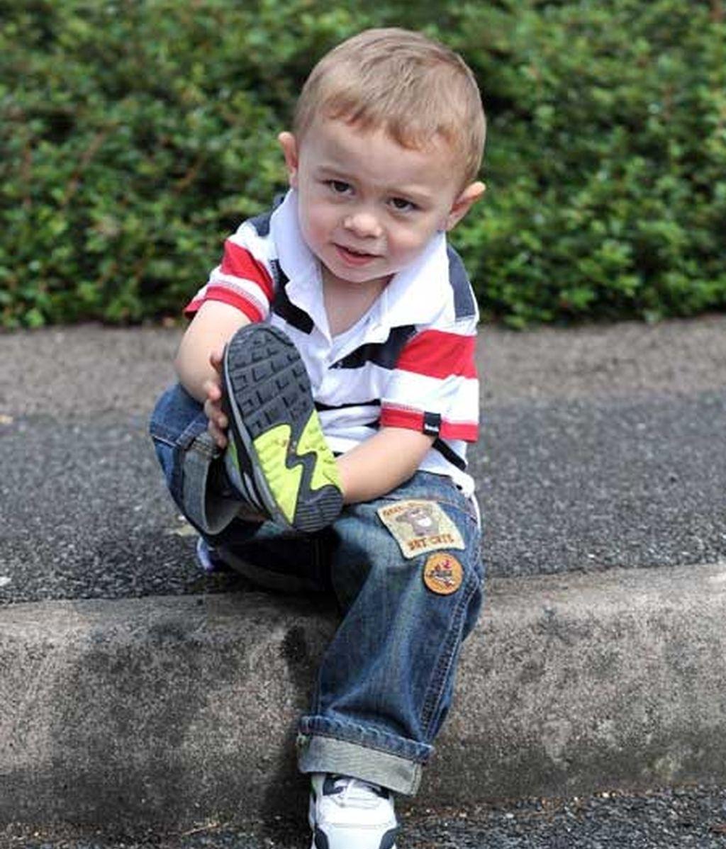 Tyler Stone de dos años con las zapatillas que le protegieron de la descarga electrica Foto: Iberpress