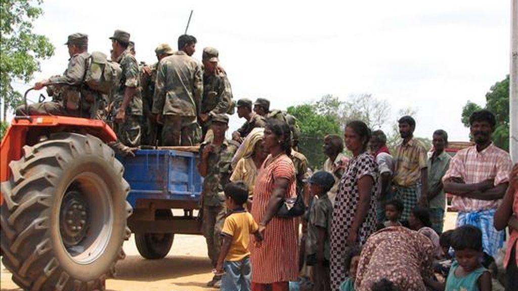 Civiles recién liberados por el ejército de Sri Lanka tras ser secuestrados por la línea defensiva de los Tigres para la Liberación de la Patria Tamil (LTTE) esperan recibir alimentos y ayuda, en el punto fronterizo entre Omanthai y Vavuniya, a 274 kms al norte de Colombo. EFE