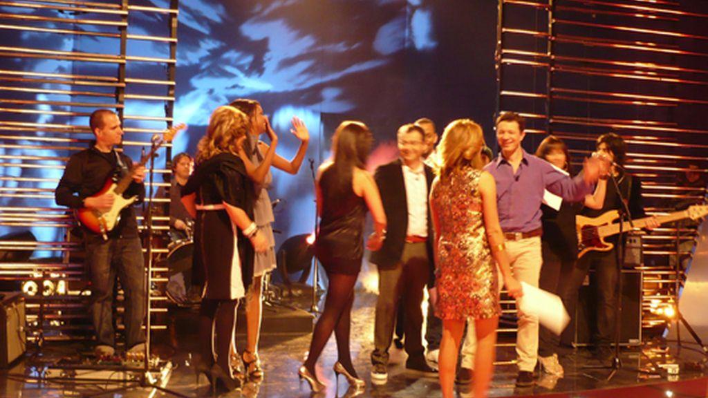 Todos en el escenario despidiendo el Debate