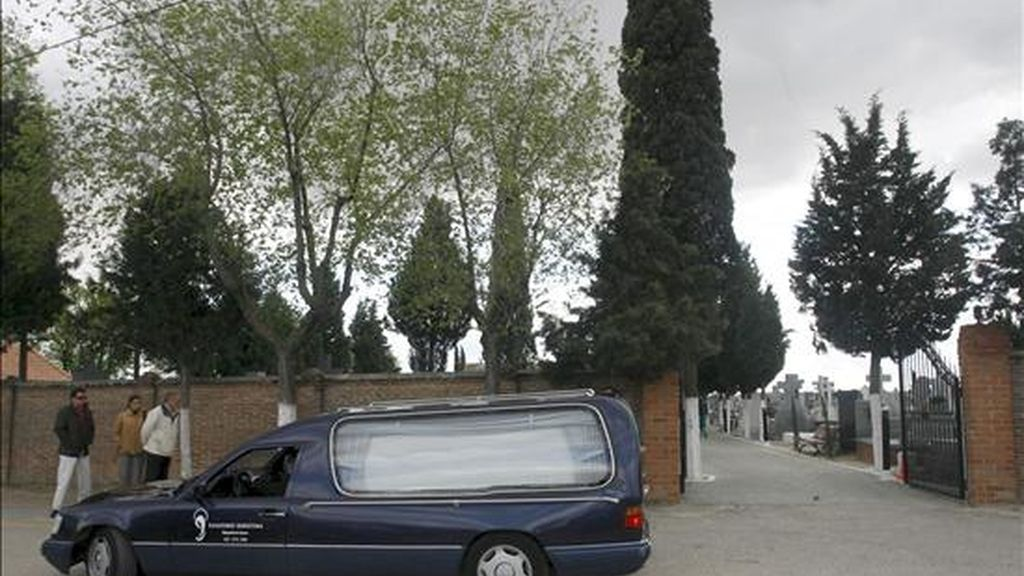 Llegada al cementerio de Humanes del vehículo fúnebre que traslada el cadáver de la mujer de 54 años que murió el Viernes Santo presuntamente a manos de su marido en la localidad cacereña de Valencia de Alcántara. EFE
