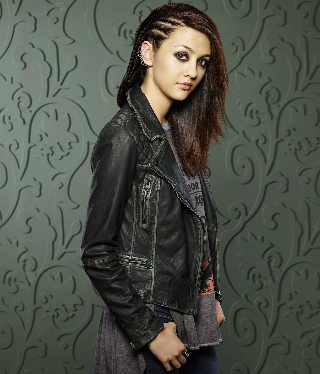 Katie Findlay es Rebecca Sutter, la ruidosa y misteriosa vecina de Wes