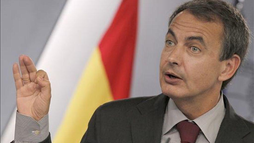 El presidente del Gobierno, José Luis Rodríguez Zapatero, durante la rueda de prensa que ofreció al término de la reunión del Consejo de Ministros, en la que hizo balance de la gestión de su gabinete en la primera mitad del año, en el Palacio de la Moncloa. EFE