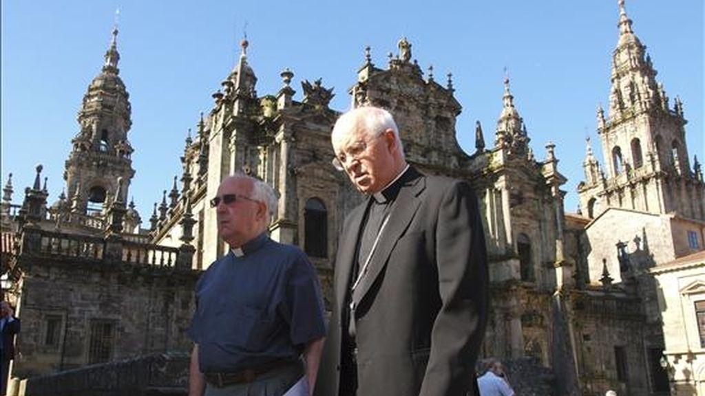 El Arzobispo de Santiago, Julián Barrio (d), antes de la rueda de prensa que ha ofrecido para informar sobre la visita del Papa Benedicto XVI a Santiago el próximo 6 de noviembre, con motivo del Año Santo compostelano. EFE