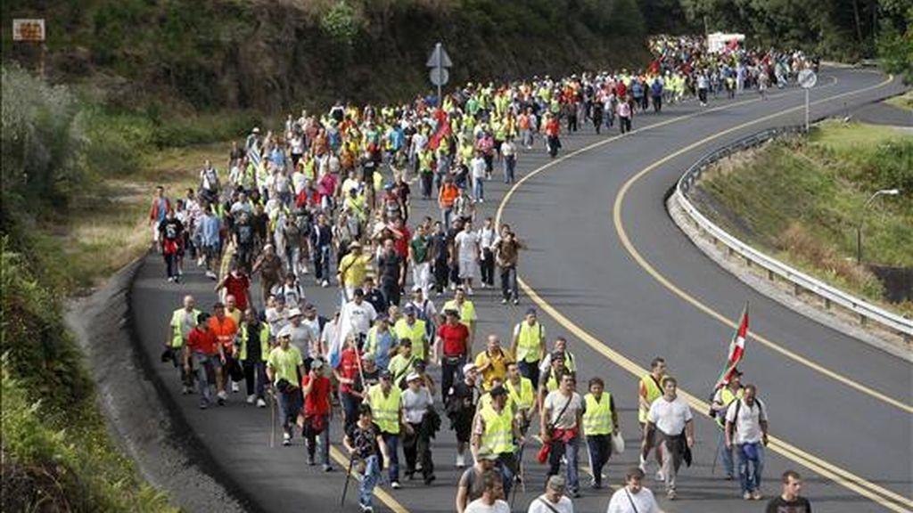 Unos dos mil trabajadores del metal de la comarca de Vigo y Pontevedra han iniciado una marcha a Santiago de Compostela para solicitarle a la Xunta de Galicia más implicación en la solución del conflicto del Metal. EFE