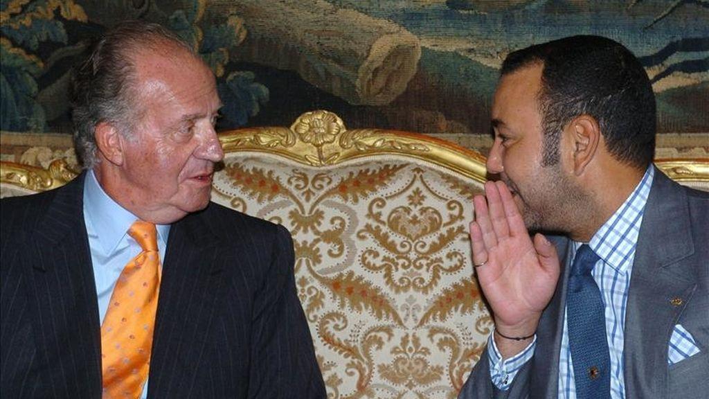 El rey Juan Carlos I escucha una confidencia del monarca de Marruecos, Mohamed VI durante el encuentro en Casablanca. EFE/Archivo