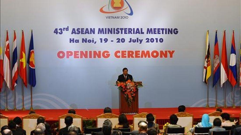El ministro de Relaciones Exteriores de Vietnam, Pham Gia Khiem, pronuncia un discurso hoy, durante la inauguración de la edición 43 de la reunión ministerial de los ministros de Exteriores de la Asociación de Naciones del Sudeste Asiático (ASEAN) en Hanoi (Vietnam). EFE