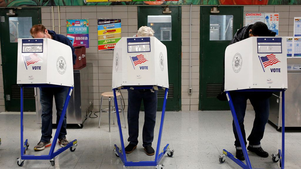 Gente rellenando sus papeletas en un colegio de Manhattan, en Nueva York