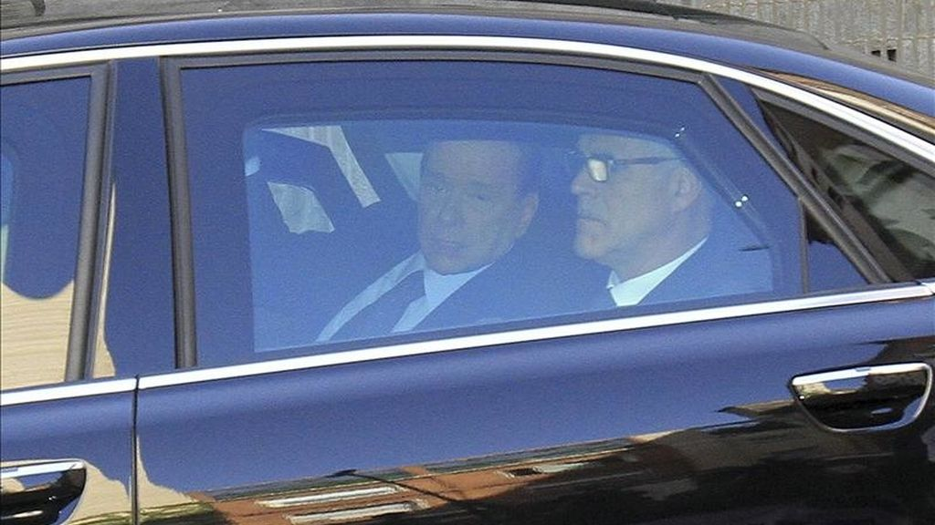 El primer ministro italiano, Silvio Berlusconi (i), llega a bordo de un coche oficial al Tribunal Penal de Milán (Italia), el pasado 11 de abril. EFE