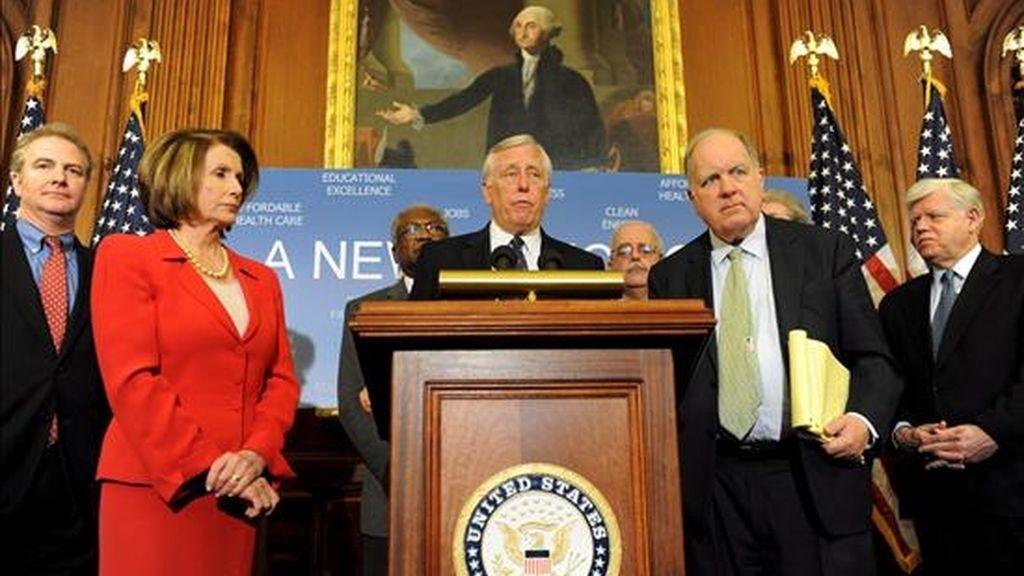 La presidenta de la Cámara de Representantes de Estados Unidos, Nancy Pelosi (i), escucha al representante Steny Hoyer (c), de Maryland; mientras habla al lado del representante de Carolina del Sur, John Spratt (d); durante una conferencia de prensa ayer, en el Capitolio en Washington D.C.. EFE