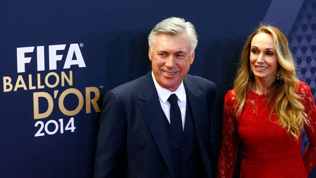 Mariann Barrera, mujer de Ancelotti, con vestido rojo de encaje