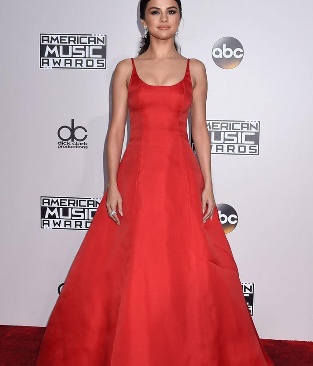 El rojo de Selena Gómez: largo, elegante y sencillo