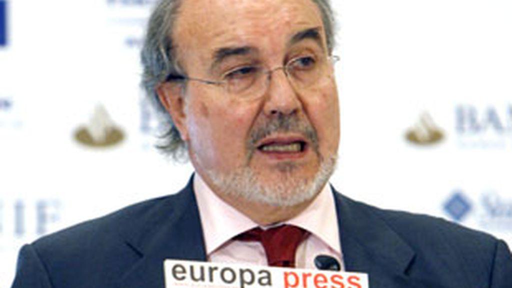 El vicepresidente segundo del Gobierno, Pedro Solbes, durante su intervención en el encuentro informativo. Vídeo: Informativos Telecinco.