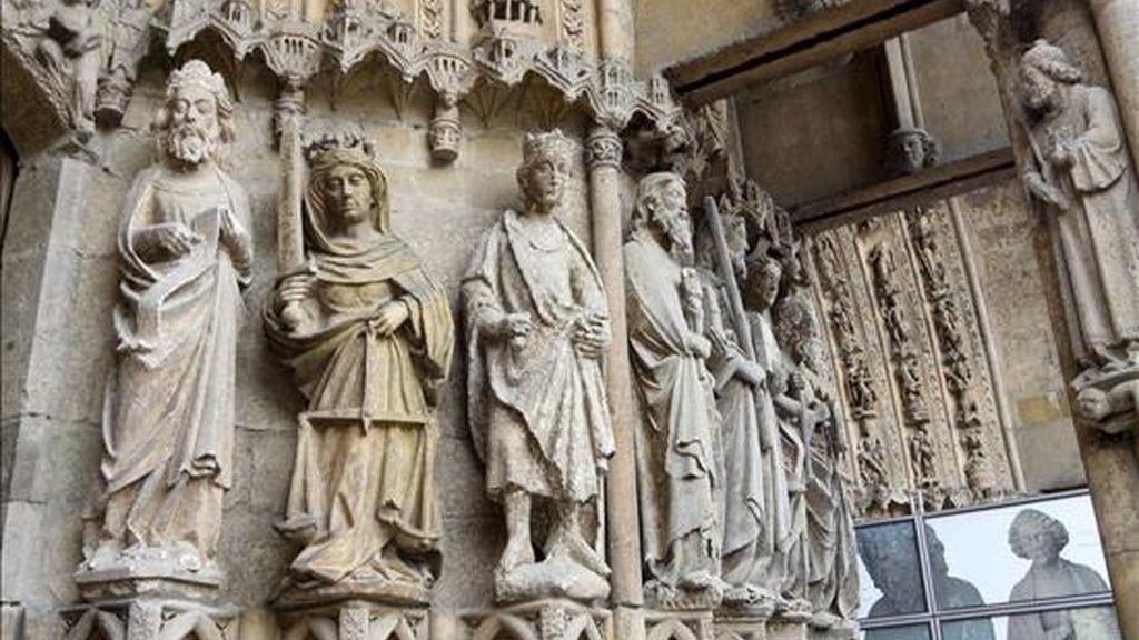 El día 1 de julio las estatuas góticas de la portada de la catedral de León inician un peregrinaje que las alejará de sus antiguos pedestales durante, al menos, quince meses, para tratar de detener el desgaste producido por las inclemencias del tiempo. EFE