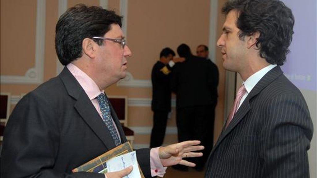 El vicepresidente de Colombia, Francisco Santos (i), dialoga con el ministro de Relaciones Exteriores, Jaime Bermúdez (d), el pasado 9 de marzo, antes del inicio del Consejo de Ministros. EFE/Archivo