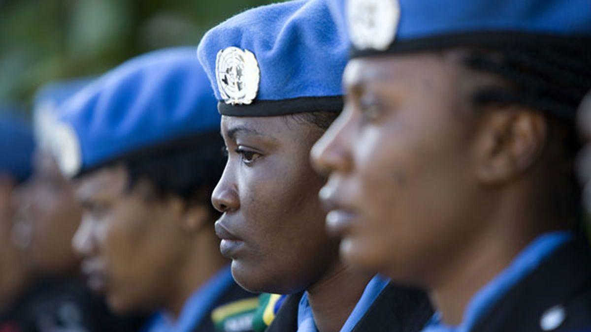 Los 'cascos azules' asisten al funeral de su compañero. Foto: AP
