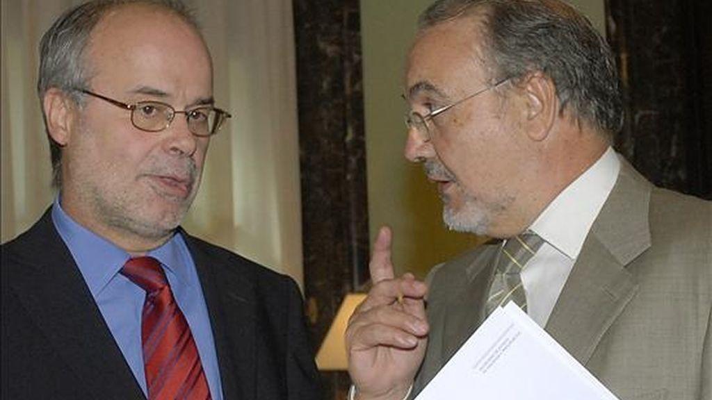 El ministro de Economía y Hacienda, Pedro Solbes, tras una entrevista mantenida con el conseller de Economía, Antoni Castells (i), en septiembre. EFE/Archivo