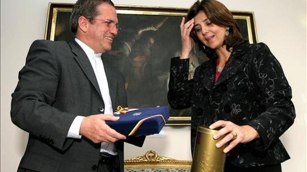 El ministro ecuatoriano de Relaciones Exteriores, Ricardo Patiño (i), conversa con su homóloga designada de Colombia, María Ángela Holguín (d), durante una reunión en Quito (Ecuador). EFE