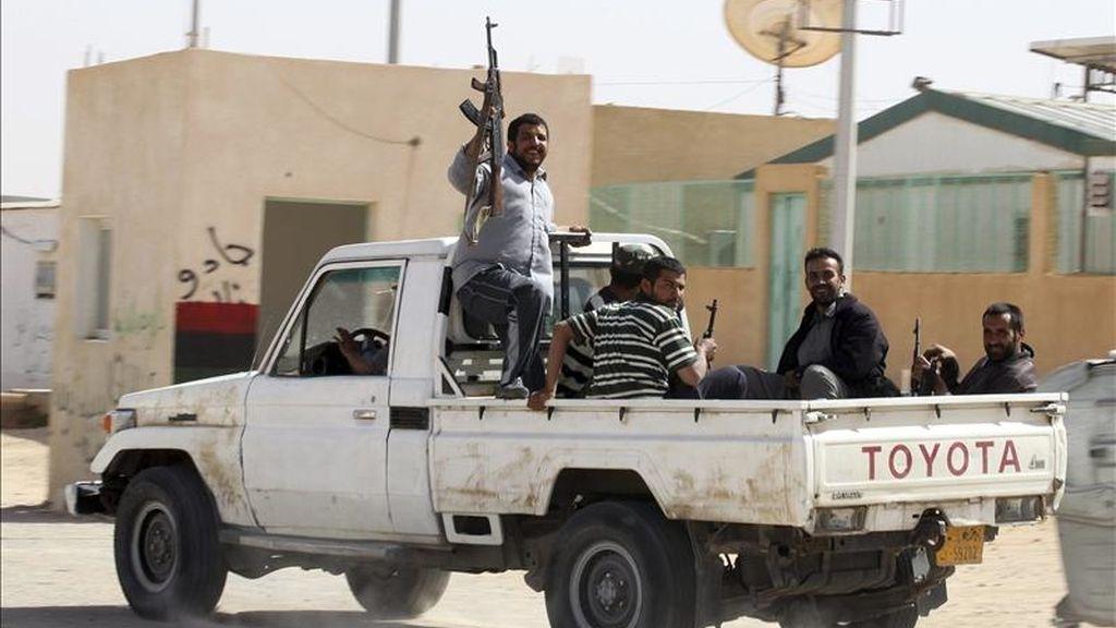Combatientes rebeldes libios vigilan en la parte libia del paso fronterizo de Wazin, entre Túnez y Libia. EFE
