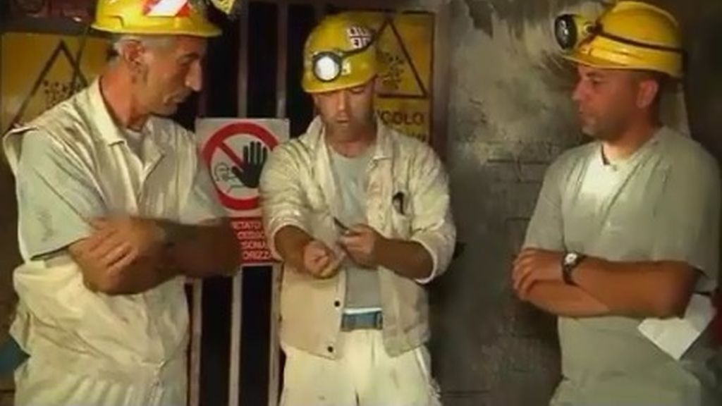 Un minero italiano se corta las venas ante las cámaras de televisión