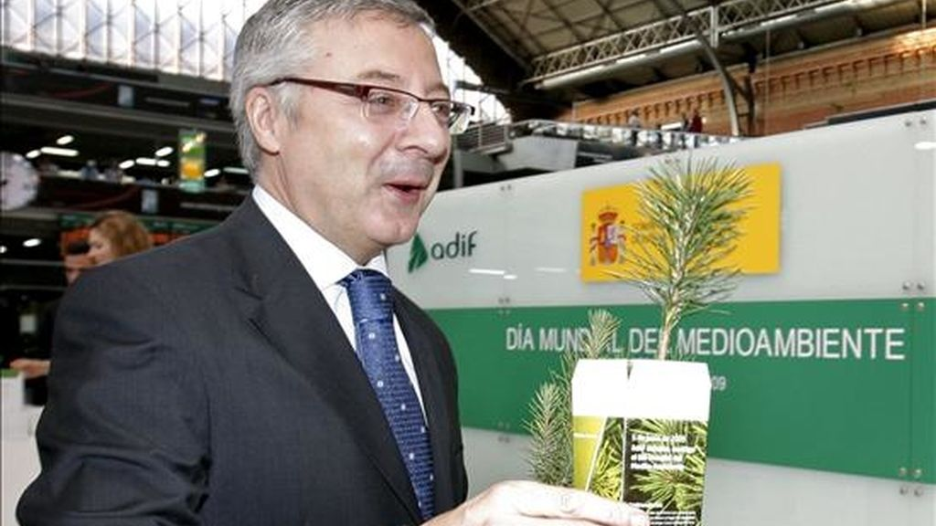 El ministro de Fomento, José Blanco, colaboró esta mañana en el reparto de pinos en el Jardín Tropical de madrileña estación de Atocha, dentro los actos programados con motivo de la celebración del Día Mundial del Medio Ambiente. EFE