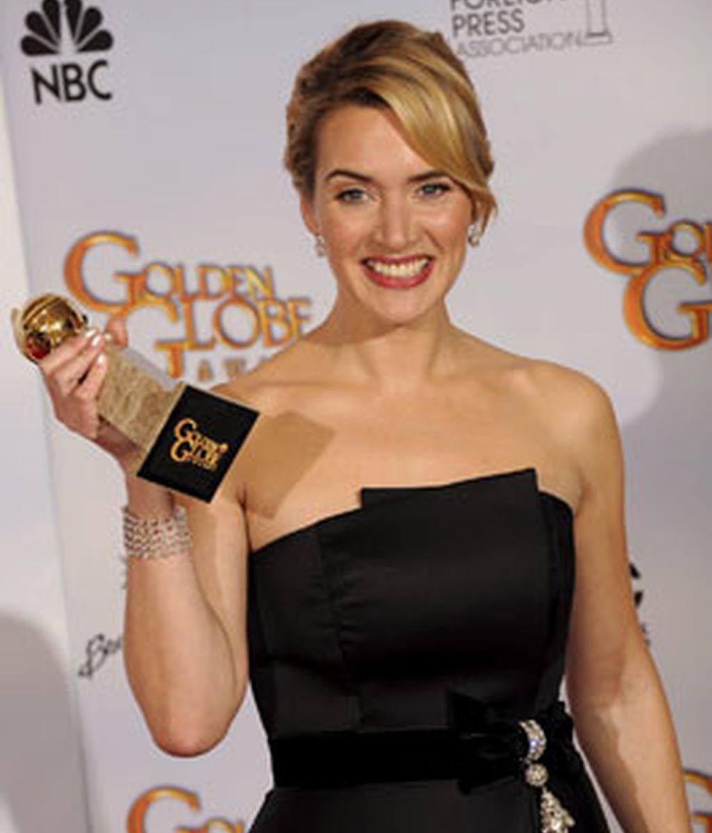 Kate Winslet festeja su premio en la reciente ceremonia de los Globos de Oro.  La actriz recibió los premios a Mejor actriz de reparto - Película por 'The Reader' y a Mejor actriz en drama por 'Revolutionary Road'. Foto EFE