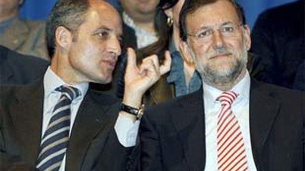 Imagen de archivo del presidente de la Generalitat valenciana, Francisco Camps, y el líder del PP, Mariano Rajoy. Foto: EFE.
