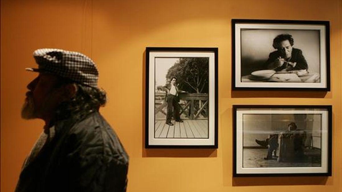 """Fotografías del difunto pintor peruano Víctor Humareda que forman parte de la muestra """"La soledad del artista"""", inaugurada en el Museo de la Nación de Lima (Perú). EFE"""