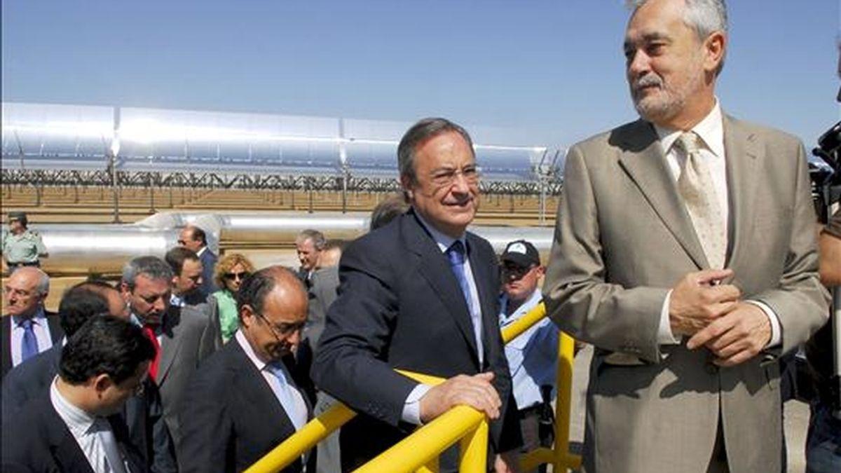 El presidente de la Junta de Andalucía, José Antonio Griñán (d), y el presidente de ACS, Florentino Perez (2d), durante la inauguración oficial de la planta termosolar Andasol I en Aldiere (Granada) que, por su capacidad productiva, sitúa a Andalucía como referente internacional en la generación de energía limpia y sostenible. EFE