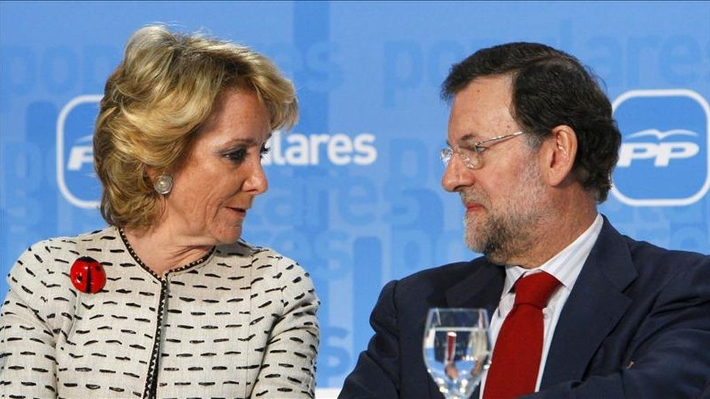 El presidente del PP, Mariano Rajoy, conversa con Esperanza Aguirre durante la clausura de unas jornadas sobre Europa, organizadas por esta fuerza política. EFE/Archivo
