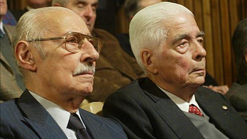 El ex dictador Jorge Rafael Videla (i) y el general Luciano Benjamín Menéndez (d) asisten este 2 de julio al inicio del juicio oral y público en su contra, en Córdoba, Argentina, por el fusilamiento en 1976 de una treintena de presos en una cárcel en el centro del país. EFE