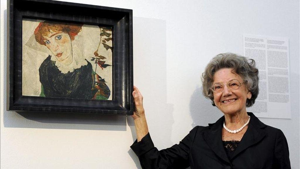 Elisabeth Leopold, viuda del coleccionista austriaco de arte Rudolf Leopold, posa junto a la obra 'Retrato de Wally' (1912), del artista austriaco Egon Schiele, durante su presentación en el Museo Leopold de Viena. EFE/Archivo