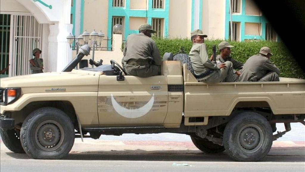 Varios soldados mauritanos vigilan desde un vehículo cerca de la sede en Nouakchott, Mauritania. EFE/Archivo