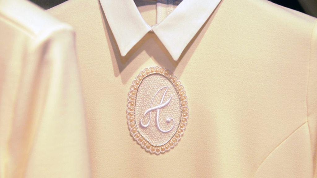 Los bordados y las aplicaciones en la ropa de esta colección han sido cosidas a mano por el equipo de Delfín