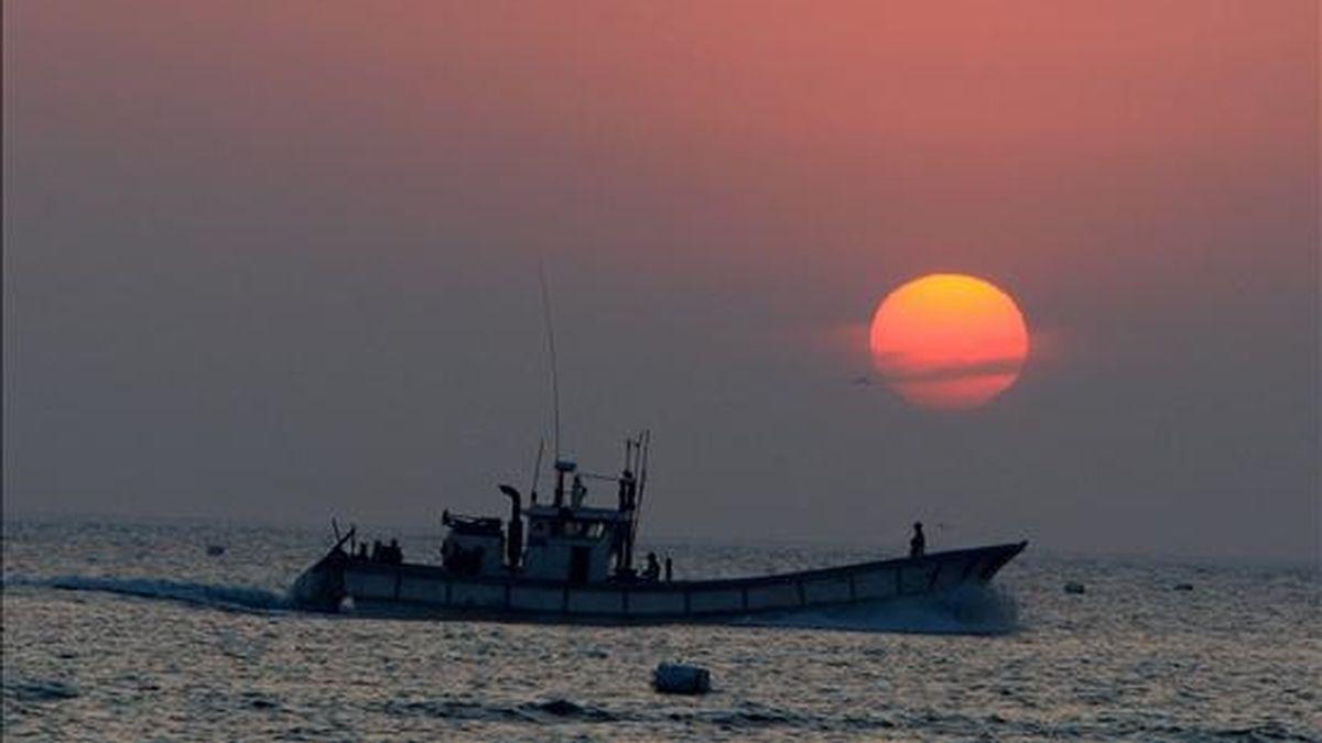 Un pesquero es visto en el puerto de la isla de Yeonpyeong, 200 km noroeste de Seúl, Corea del Sur. EFE