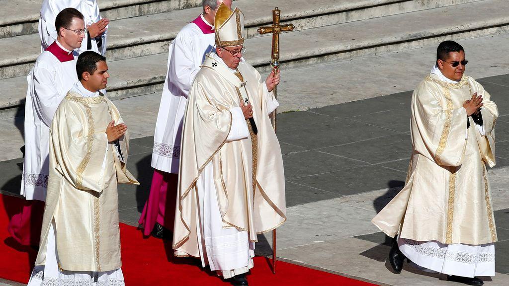 El papa Francisco llega a la canonización en la Plaza de San Pedro en el Vaticano