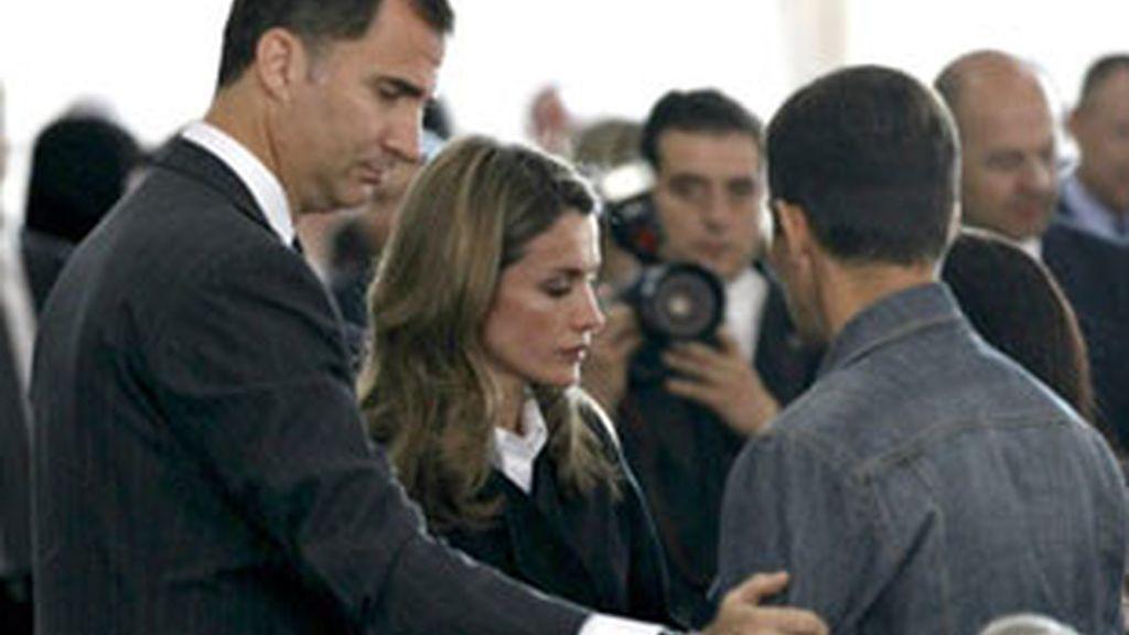 Los Príncipes de Asturias con las familias de las víctimas en el funeral. Foto: EFE