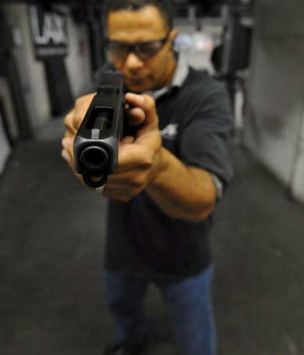 El propietario de LAX Firing Range, Nolan Avery, posa con un arma en Inglewood, California (EEUU). Foto: EFE