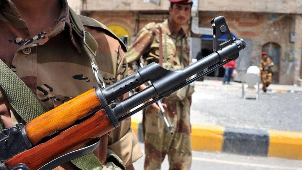 Soldados yemeníes hacen guardia en la entrada de la plaza donde opositores yemeníes se manifiestan contra el régimen del presidente yemení, Alí Abdalá Saleh, en Saná, Yemen. EFE
