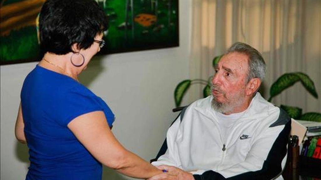 Fotografía cedida por Cubadebate, ayer, del ex presidente cubano Fidel Castro (d) durante su visita al Centro Nacional de Investigaciones Científicas (CNIC) de La Habana. EFE