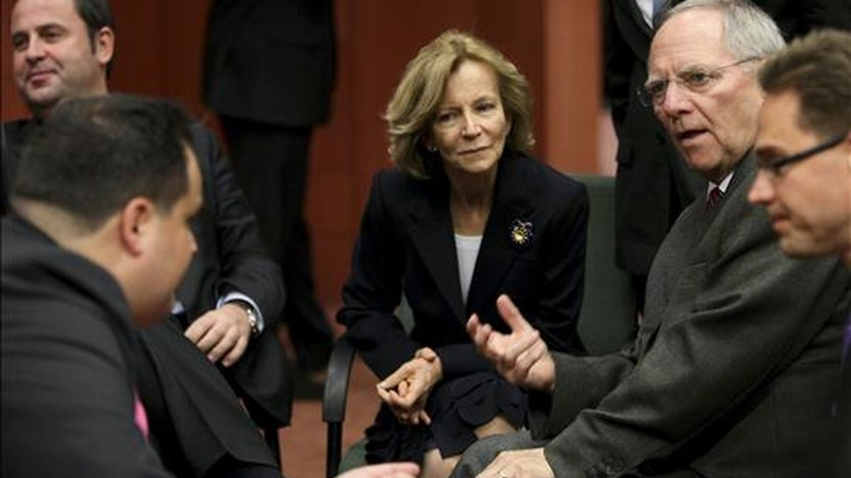 La ministra de Economía española Elena Salgado, (c), conversa con su homólogo alemán, Wolfgang Schaeuble, (2-d), y el holandés Jan Kees de Jager, (i), al comienzo de la reunión de ministros de la zona euro, en Bruselas, Bélgica. EFE