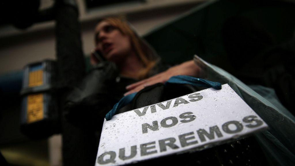 Una mujer porta un cartel contra la violencia machista en Buenos Aires