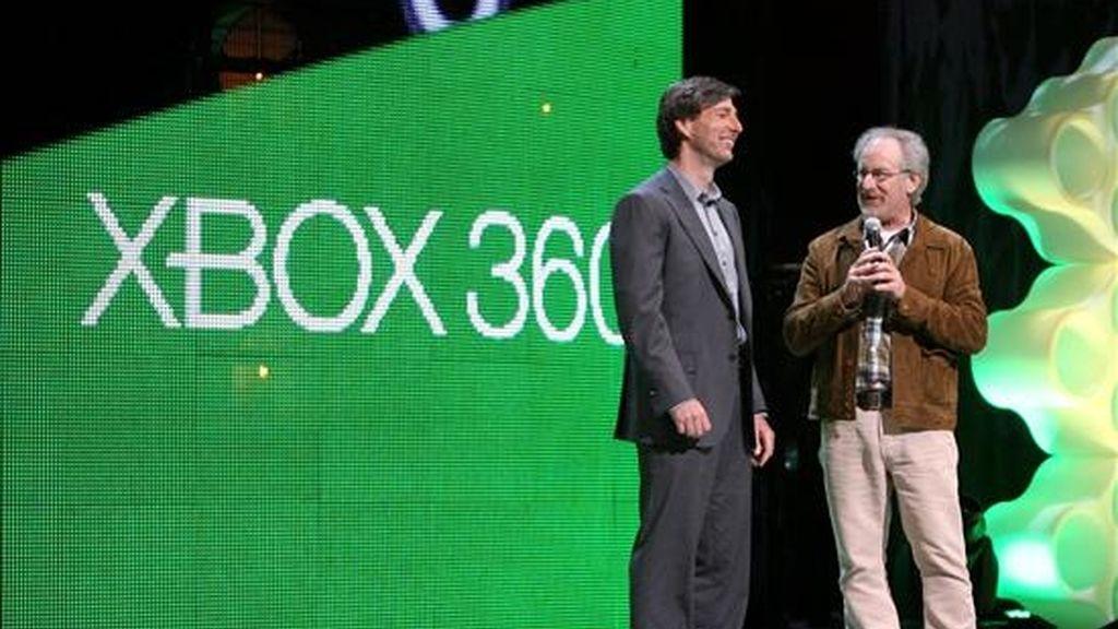 """El cineasta estadounidense Steven Spielberg habla junto al jefe del Xbox 360, Don Mattrick, en Los Ángeles, California (EEUU), durante la presentación del sistema creado por el gigante tecnológico Microsoft denominado """"Project Natal"""". EFE"""