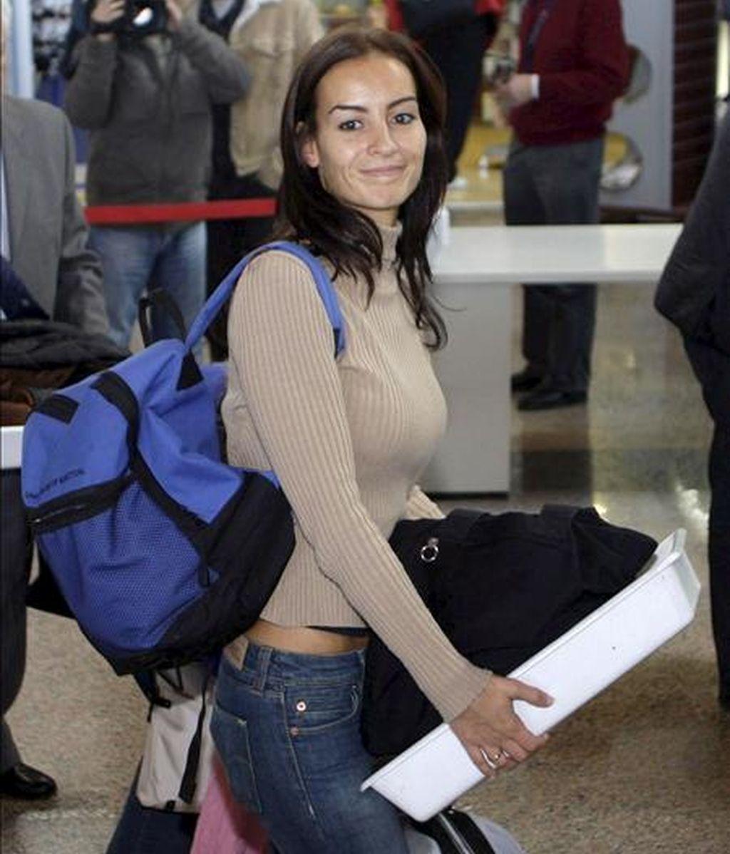 """Silvia Alvés, esposa de un marinero del """"Alakrana"""", a punto de coger en Vigo un vuelo hacia Madrid para allí partir con destino a Seychelles en el avión de las Fuerzas Aéreas en el que regresará a España la tripulación del atunero. EFE"""