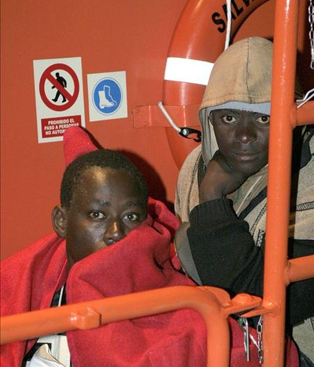 Dos de los inmigrantes que llegaron esta noche al puerto de Motril, en Granada, a bordo de una embarcación de Salvamento Marítimo, después de ser rescatados cuando navegaban en una patera. EFE