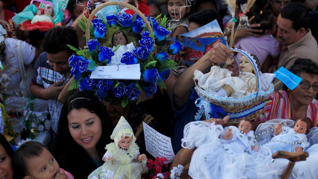 Procesión por el niño Jesús en El Salvador