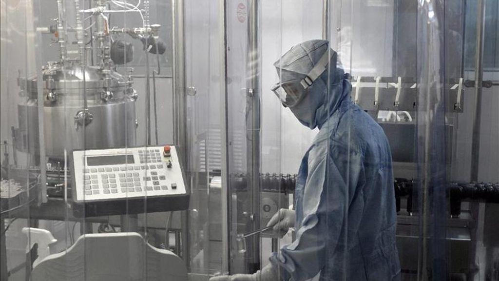 Una persona trabaja en la sala de envasado estéril de la farmacéutica Pfizer que ha trasladado a su planta de Olot (Girona) diversos proyectos de investigación y desarrollo que hasta ahora producía en Gran Bretaña y EEUU, que harán aumentar la producción de esta factoría en un 40%. EFE